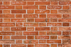 Muro di mattoni con i segni degli amanti Fotografia Stock Libera da Diritti