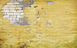 Muro di mattoni con intonaco rotto Fotografie Stock Libere da Diritti