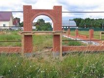 Muro di mattoni con l'arco Fotografie Stock Libere da Diritti