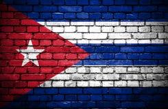 Muro di mattoni con la bandiera dipinta di Cuba illustrazione di stock