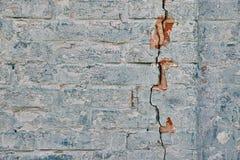 Muro di mattoni con una crepa Fotografia Stock Libera da Diritti