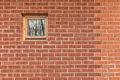 Muro di mattoni con una piccola finestra Immagini Stock Libere da Diritti