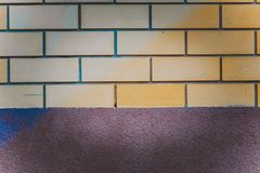Muro di mattoni con una striscia del fondamento immagini stock libere da diritti