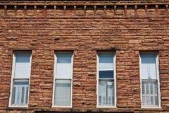 Muro di mattoni con Windows Fotografie Stock Libere da Diritti