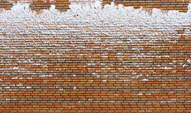 Muro di mattoni congelato coperto di neve Fotografia Stock Libera da Diritti