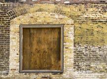 Muro di mattoni d'annata con imbarcato sulla finestra 2 Immagini Stock