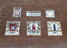 Muro di mattoni d'annata splendido con sollievo colorato, Amsterdam di marrone scuro di stile fotografie stock