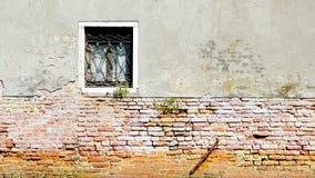 Muro di mattoni della parete antica di decadimento e della finestra mezzo immagini stock