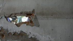 Muro di mattoni della rottura tramite il trapano video d archivio