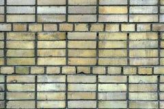 Muro di mattoni di giallo di Durty con le strisce Fotografie Stock Libere da Diritti