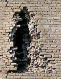 Muro di mattoni di una costruzione con un'apertura. Fotografia Stock Libera da Diritti