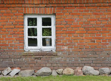 Muro di mattoni di vecchia casa con la finestra di legno del listello rompitratta Immagini Stock