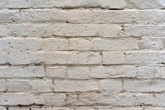 Muro di mattoni dipinto con pittura bianca come fondo e struttura immagine stock libera da diritti