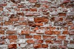 Muro di mattoni distrutto di vecchia casa fotografia stock