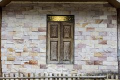 muro di mattoni e finestra di legno Immagine Stock