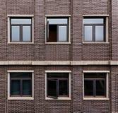 Muro di mattoni e finestre Fotografie Stock