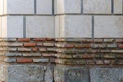 Muro di mattoni fatto dei blocchi con vari colore e dimensione fotografia stock