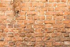 Muro di mattoni fatto della pietra rossa Fotografie Stock