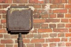 Muro di mattoni - fondo con la scatola d'annata di elettricità Immagini Stock Libere da Diritti
