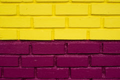 Muro di mattoni giallo e porpora Fotografia Stock Libera da Diritti