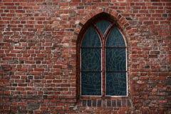 Muro di mattoni gotico con una finestra Fotografia Stock Libera da Diritti