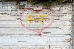 Muro di mattoni grigio - amore F+F Immagine Stock
