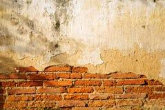 Muro di mattoni incrinato del tempio tailandese antico a tempo di sera Fotografia Stock