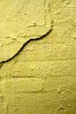 Muro di mattoni incrinato giallo Immagini Stock