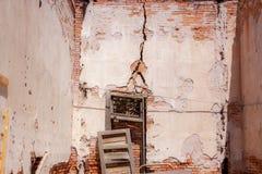 Muro di mattoni invecchiato con le crepe e la rovina Fotografia Stock