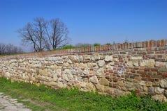 Muro di mattoni medievale Kalemegdan, Belgrado con la pietra per lastricati immagine stock