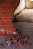 Muro di mattoni nelle rovine Immagini Stock Libere da Diritti