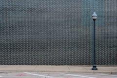 Muro di mattoni nero con la posta leggera Fotografie Stock
