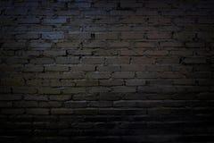 Muro di mattoni nero e vecchio per fondo immagine stock