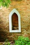 Muro di mattoni rosso con la finestra. immagini stock