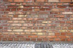Muro di mattoni rosso con pavimentazione 6 Fotografia Stock