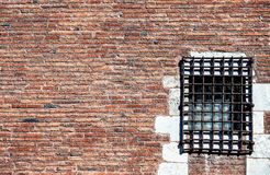 Muro di mattoni di rosso della prigione Immagine Stock Libera da Diritti
