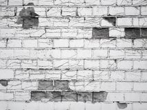 Muro di mattoni rotto in bianco e nero fotografia stock libera da diritti