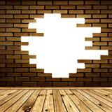 Muro di mattoni rotto nella stanza Immagine Stock