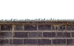 Muro di mattoni ruvido e vetro rotto immagine stock