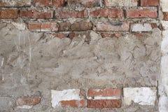 Muro di mattoni sporco del fondo Grungy con lo stucco bianco misero Fotografia Stock