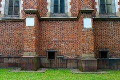 Muro di mattoni su un prato inglese verde Fotografie Stock Libere da Diritti