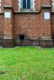 Muro di mattoni su un prato inglese verde Fotografia Stock Libera da Diritti