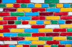 Muro di mattoni variopinto dai multi mattoni colorati Fotografia Stock Libera da Diritti
