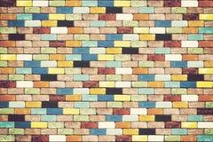Muro di mattoni variopinto per fondo immagine stock