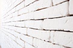 Muro di mattoni verniciato bianco immagini stock