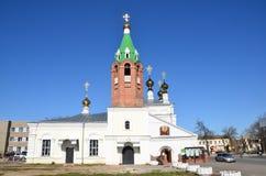 Murom,俄罗斯, 2013年5月, 02日 走在圣洁上生教会附近的人们在Murom, 1729 免版税库存照片