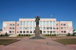 Murom,俄罗斯, 2013年5月, 02日 走在政府大楼附近的人们在Murom,弗拉基米尔地区 免版税图库摄影