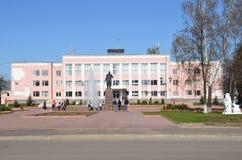 Murom,俄罗斯, 2013年5月, 02日 走在政府大楼附近的人们在Murom,弗拉基米尔地区 免版税库存图片