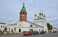 Murom, Rusia, septiembre, 30, 2012 Coches cerca de la iglesia santa de la ascensión en Murom, 1729 años construido Fotos de archivo libres de regalías