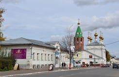 Murom, Rusia, septiembre, 30, 2012 Coches cerca de la iglesia santa de la ascensión en Murom, 1729 años construido Fotografía de archivo